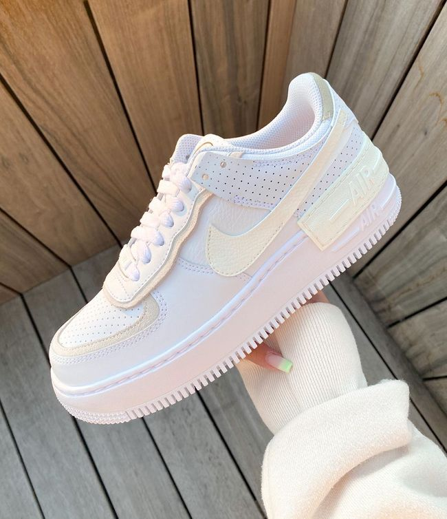 Epingle Sur Nike Air Force 1 Dominated by white on the upper, this air force 1 shadow gets done in a leather construction all over with new perforations placed on the toe as well as on the heel. pinterest
