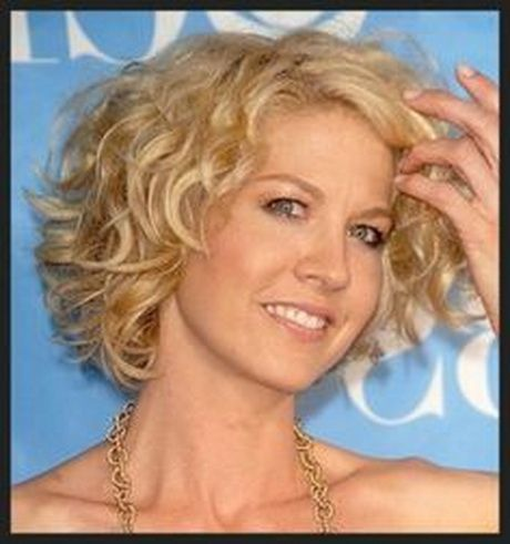 Short Curly Hairstyles For Women Over 60 Single Women Can Also Have A The Longer Tousled Hair Par Short Curly Hairstyles For Women Short Wavy Hair Hair Styles