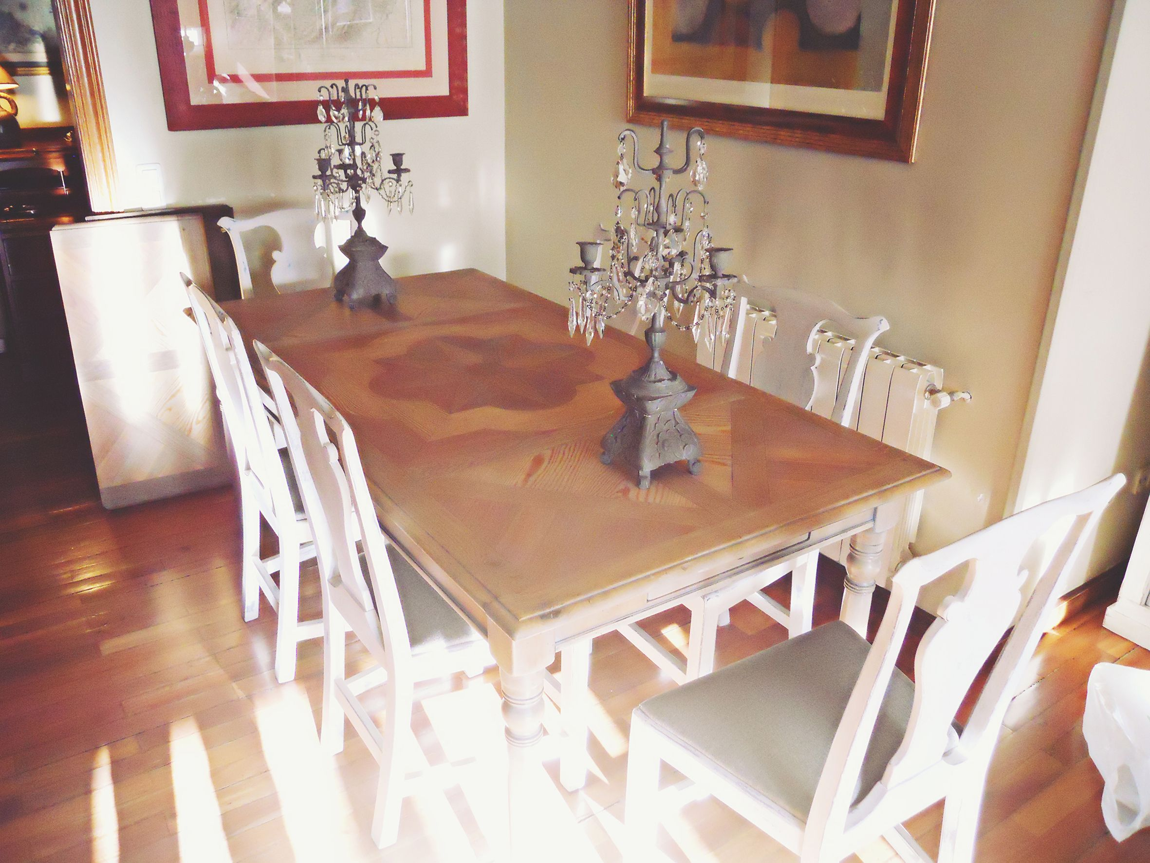 Renovaci n mesa comedor y sillas mesa de madera decapada for Sillas de comedor grises