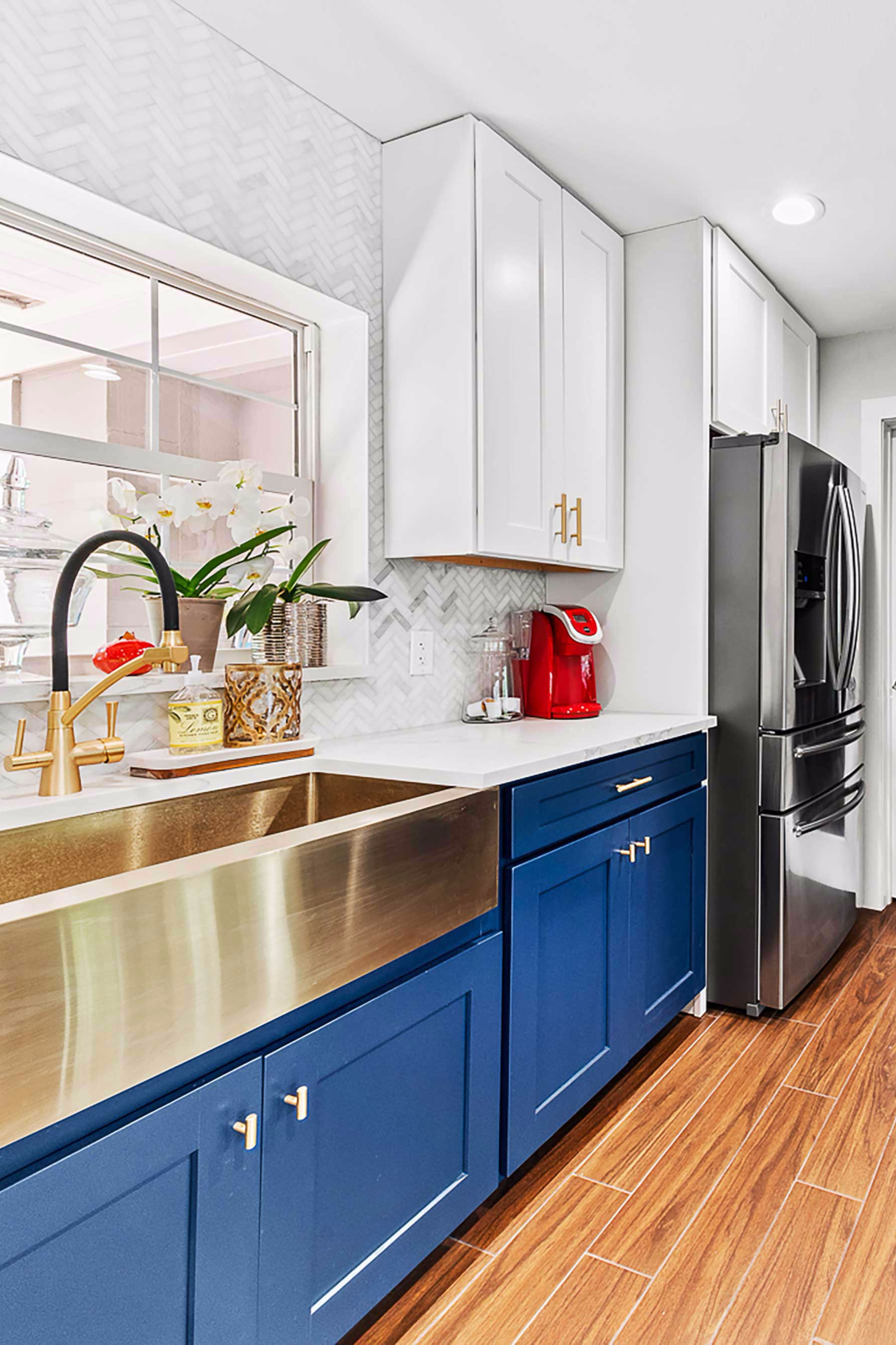 We Re Gearing Up To Celebrate The 4th In Style With This Midcentury Modern Kitchen Featuring O Kitchen Design Small Mid Century Modern Kitchen Modern Kitchen