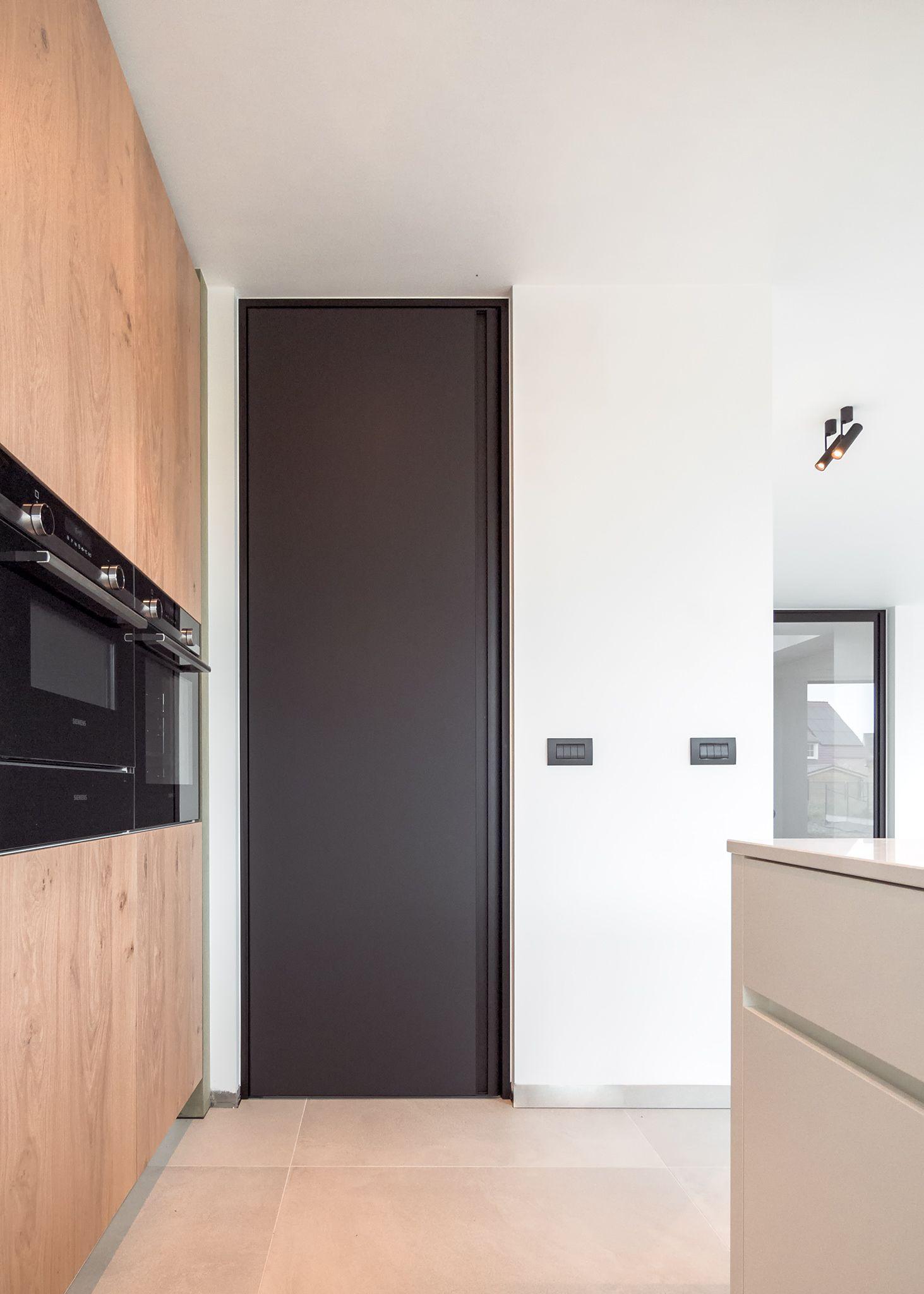 Deuren Op Maat.Moderne Zwarte Binnendeur Op Maat Van Vloer Tot Plafond