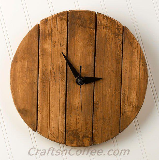 diy un reloj de pared de madera rstica palet de imitacin craftsncoffeecom - Palet De Madera
