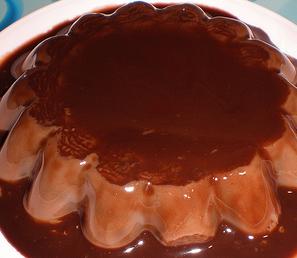 Esta receta de flan de chocolate fácil sabe deliciosa. EL chocolate le da un sabor especial al flan que te encantará.