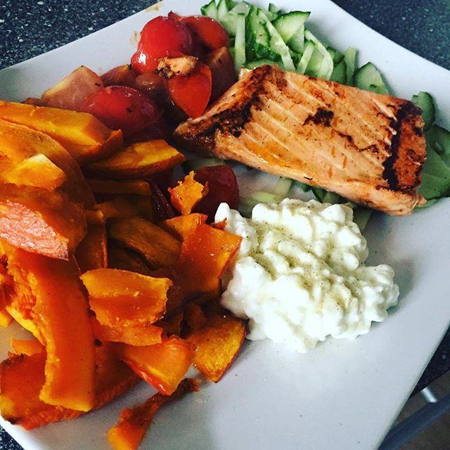 Lækker lørdags frokost inden den snart står på træning!  Ørred, hytteost, tomat, agurk og hokkaido! Mega lækkert!   #lunch #todayslunch #colorfull #saturdaylunch #lidtafhvert #omnomnom #nomnom #mmm #healthyfood #healthyeating #healthylifestyle #sundlivstil #muskelmad #musclefood #muscleandhealth #fitfam #fitfood #fitlife #lowcarb #aknice #minbalance #minsundhed #minfrokost #loveit #lovelife .<3