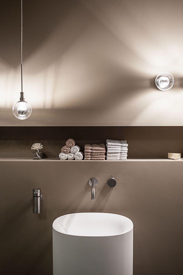 Ideen und Farben für Badezimmer: Wandarmatur und Waschtisch