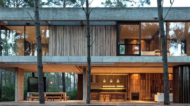 Een open huis tussen de pijnbomen in Argentinië