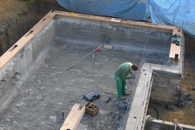Se Construyen Encofrados Para Hormigonar La Canaleta De La
