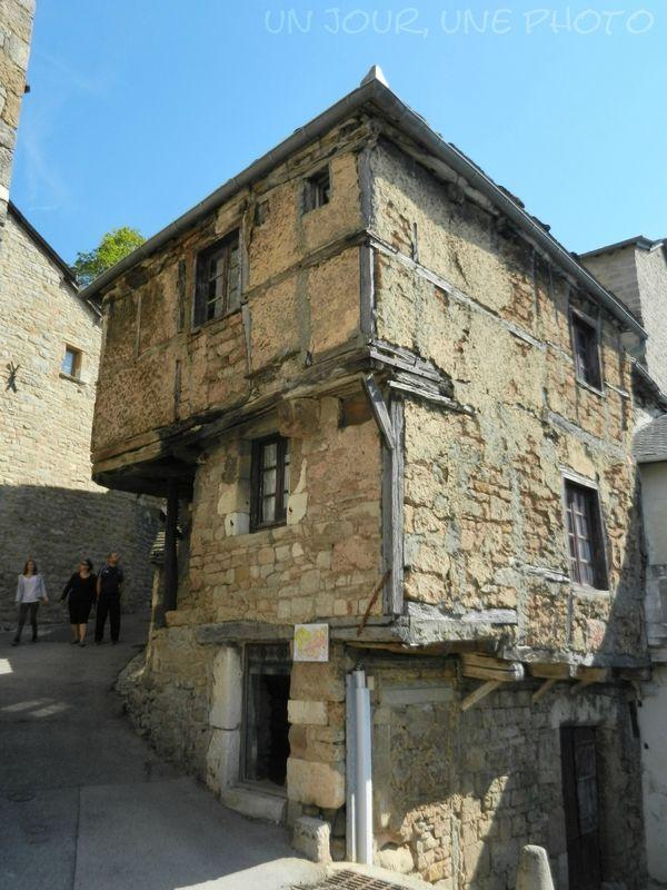La maison de jeanne à sévérac le château en aveyron datée du xivème siècle elle serait la plus vieille maison du département avec ses murs à colombages
