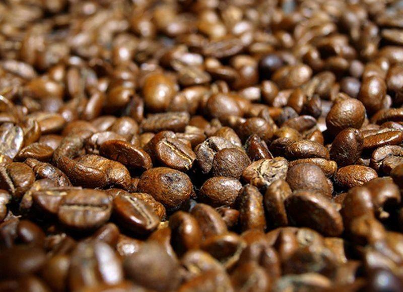 Granos de cafe gigante, frota de 2 a 3 granos entre si para reavivar su aroma antes de añadirlos a la copa, se despertaran todos tus  sentidos para disfrutar del Ron.