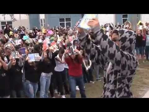 Gotta Keep Reading:  This fun (and really smart) video from the kids and staff at Ocoee Middle School in Florida continues to be one of my favorites.  It's a great example of the celebration of reading.  It's only 4 1/2 minutes long and worth every second.