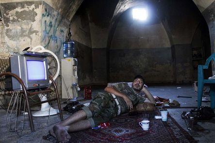 Ejército Libre Sirio | Especial. Descansando y charlando sobre política en una bóveda de la Ciudad Antigua de Alepo, el 2 de septiembre.