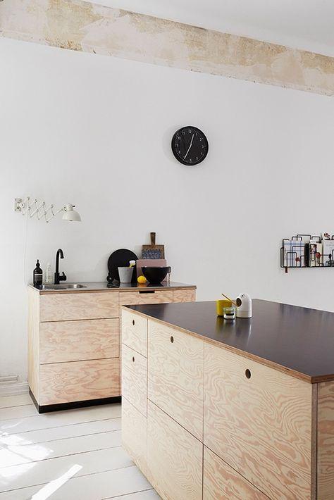 Schlichte Küche aus Leimholzplatten mit schwarzer Arbeitsplatte