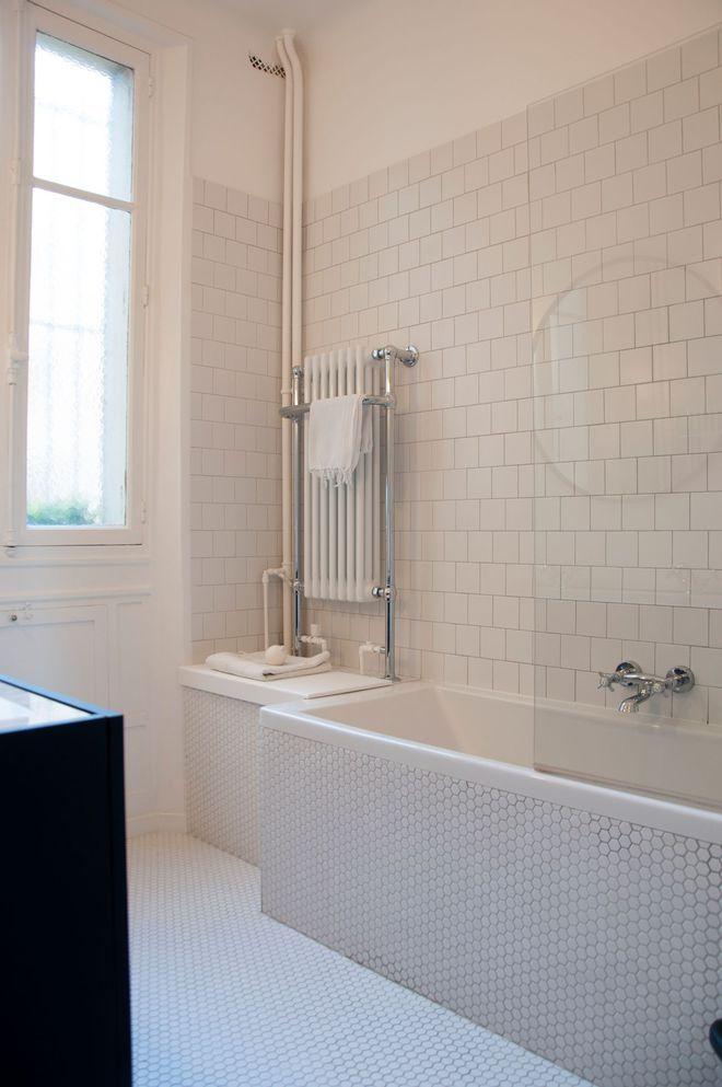 un radiateur à l'ancienne dans la salle de bains vintage | salle ... - Salle De Bains Vintage