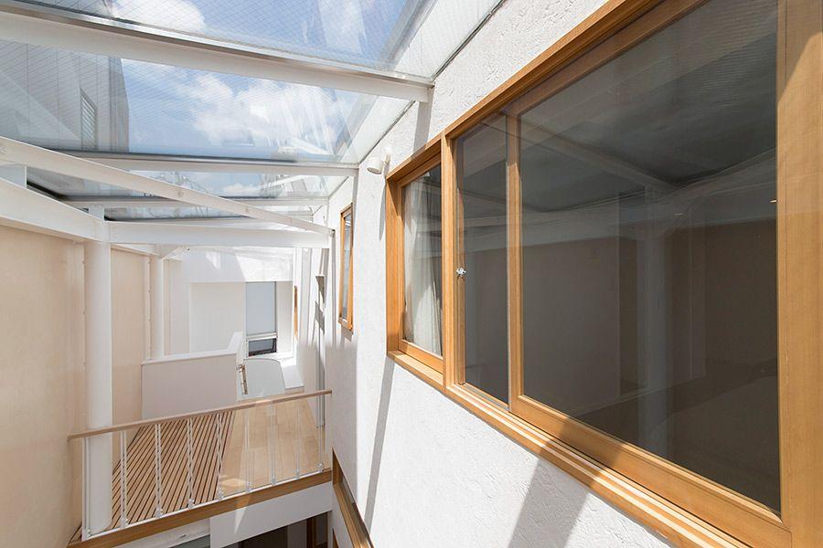 光を導く階段室都市のまん中で空を感じて暮らす 自宅で ガラス天井 家