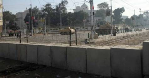 Armed Forces establish a new concrete wall in front of the Federal Palace   We men