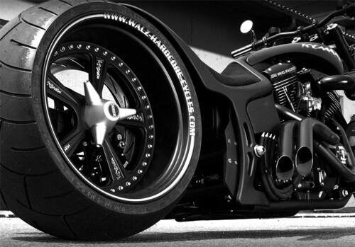 Duel de biker moto custom un chopper a l'Américaine