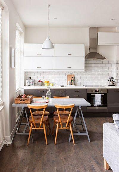 Muebles bajos en color gris y las alacenas blancas brindan liviandad
