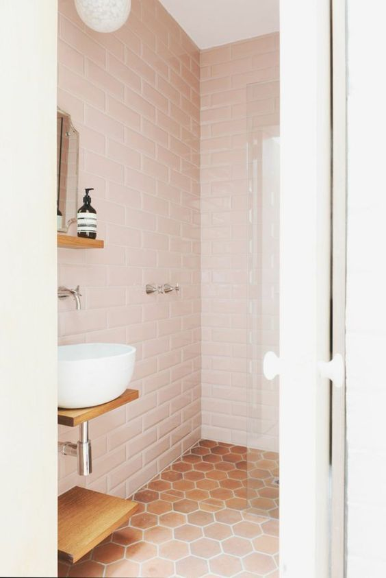 carrelage rose dans la salle de bain rétro de couleur rose