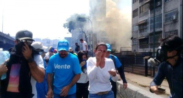 ¡RESTEADA! María Corina Machado resultó afectada por bombas lacrimógenas