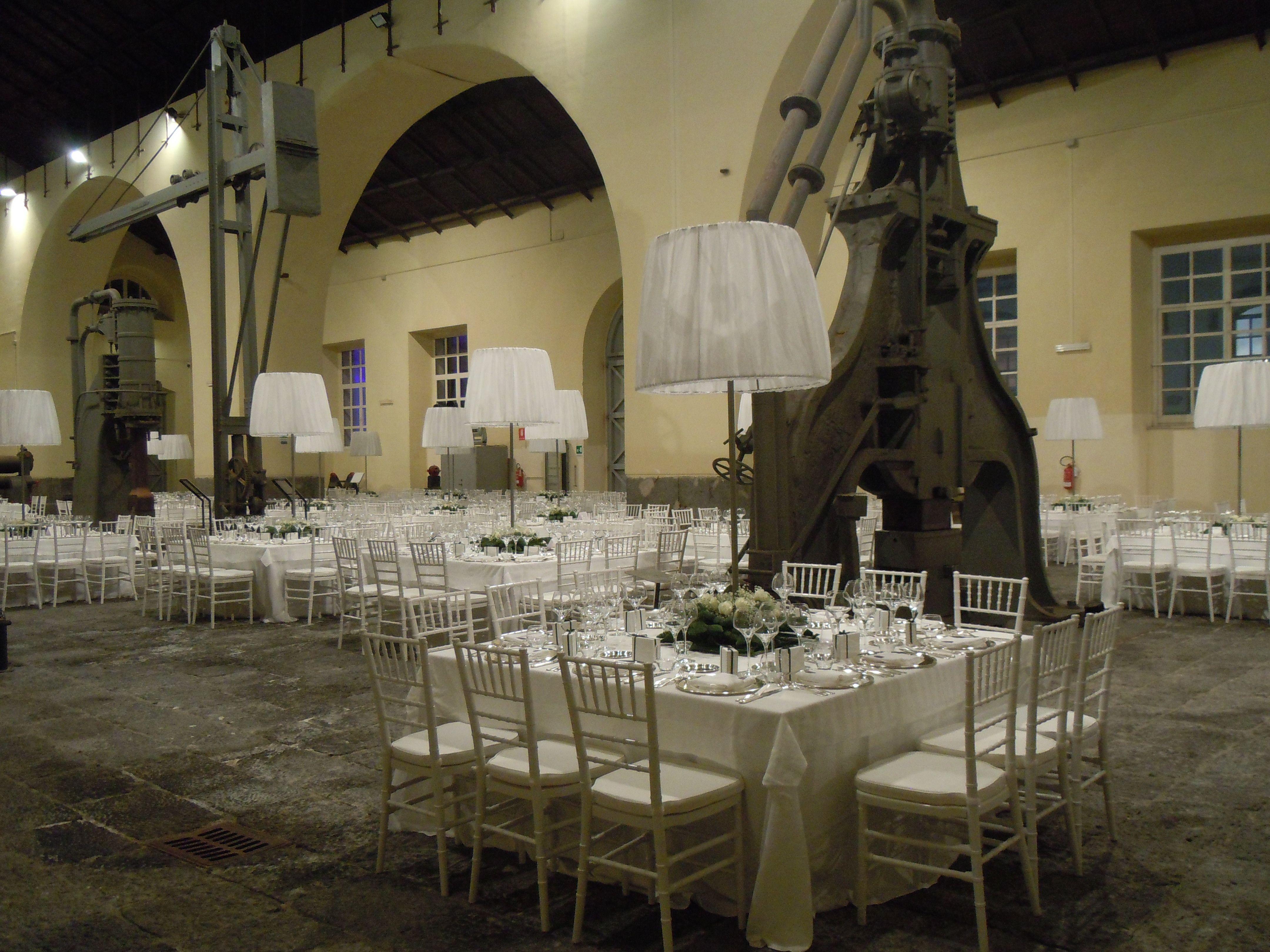 Il gran salone dei macchinari di officina elagantemente allestito per festeggiare il matrimonio di due giovani sposi.