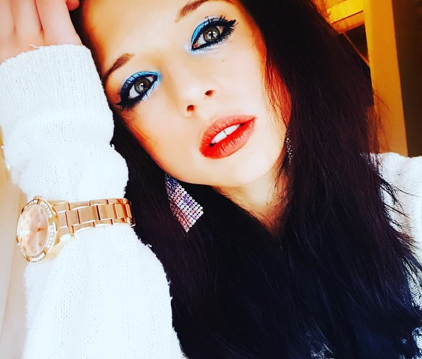 Shelly Abdalah mit schwarzen Haaren