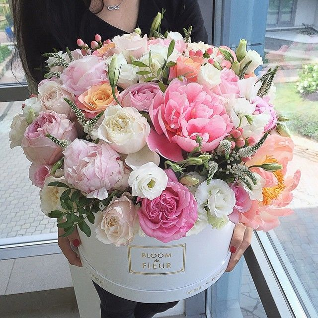 It S Friday We Re In Love With Flowers In Hat Boxes This Is Glamorous Birthday Flowers Arrangements Flower Box Gift Flower Arrangements