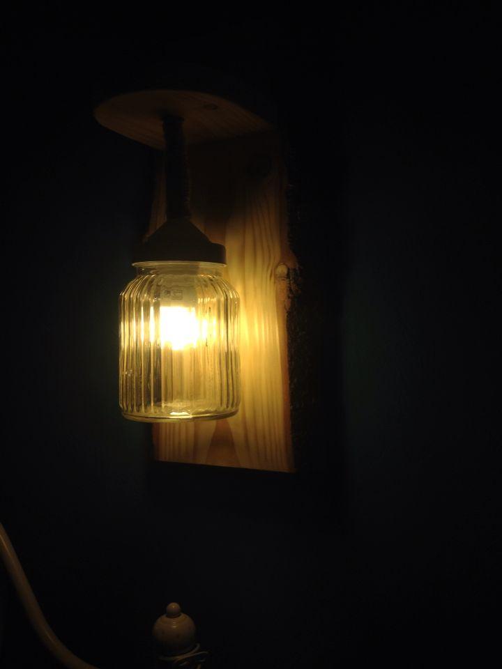 selbstgemachte wandlampe im einmachglas mit seil als kabel und holz unterkonstruktion diy. Black Bedroom Furniture Sets. Home Design Ideas