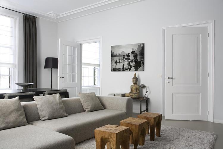 Białe ściany i jasne dodatki w odnowionym domu