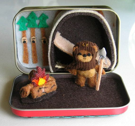 ewok miniatur f hlte sich star wars charakter spielset in altoid dose mit bett lagerfeuer und. Black Bedroom Furniture Sets. Home Design Ideas