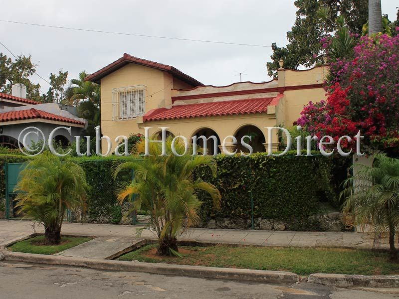 EXCEPTIONAL FAMILY HOUSE WITH LOVELY GARDEN IN PLAYA FOR