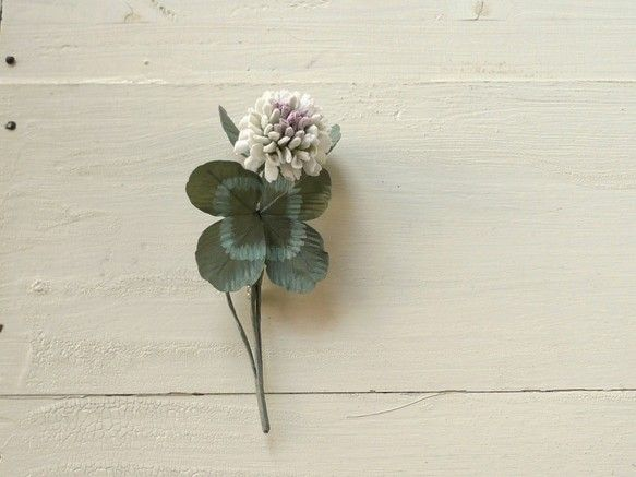 白詰草の花をひとつ、そして三つ葉と幸運の四つ葉が1本。落ち着いたグリーンの葉にうっすらと中心が色付いたような花は白生地を染め、ひとつひとつ組み上げて作った布の...|ハンドメイド、手作り、手仕事品の通販・販売・購入ならCreema。