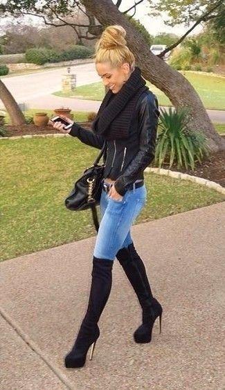 Tragen Sie eine schwarze Leder Bikerjacke und blauen enge Jeans, um einen lockeren, aber dennoch stylischen Look zu erhalten. Schwarze Overknee Stiefel aus Wildleder bringen Eleganz zu einem ansonsten schlichten Look. #jeansandboots