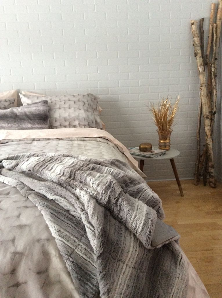 avant apr s une chambre transform e pour moins de 800 briques peintes briques et fausse. Black Bedroom Furniture Sets. Home Design Ideas