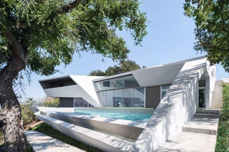 Minimalistische einrichtung spiegelt perfekt die architektur eines
