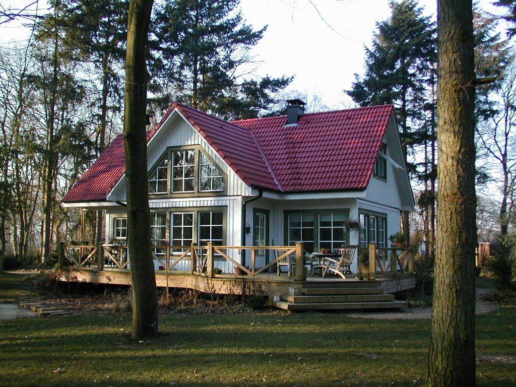 Klassiek #wonen midden in het bos met een woning van Zweeds Home. #debouwmaakthet