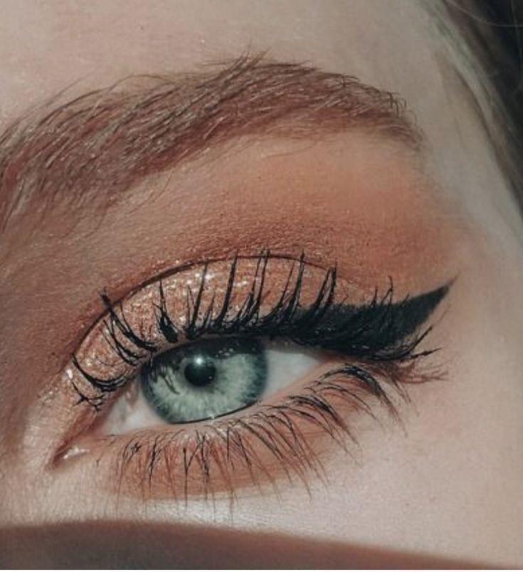 pinterest @kyliieee | blush smokey eye with cat eye winged eyeliner on green eyes | kyl