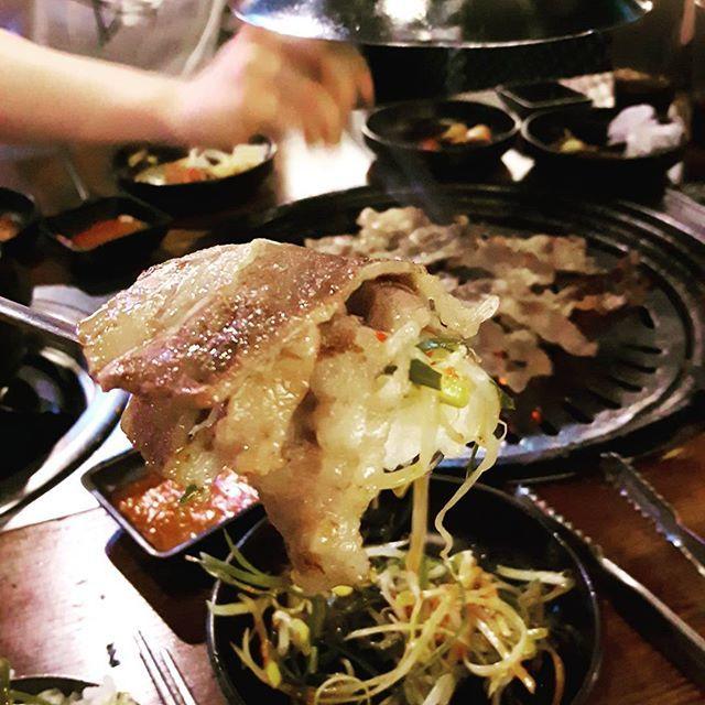 아무지게 먹어야지  #고기 #고기뷔페 #우삼겹 #한입만 #한숟가락 #고슬고슬 #흰밥 위에 #고기한점 #beef #grilled #肉 #焼肉 #美味しい