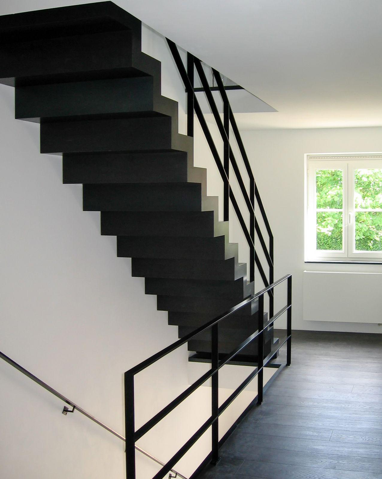 Moderne stalen trap op maat met zwarte balustrade trap for Balustrade trap