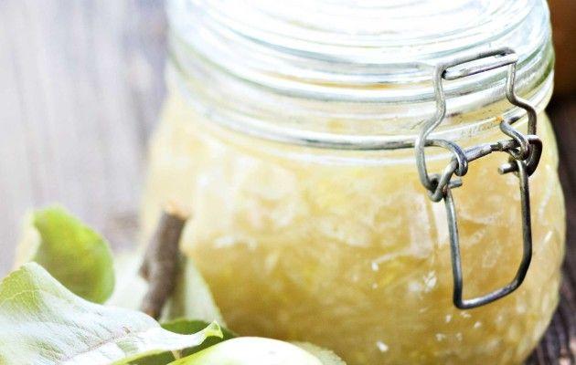 Huuhdo omenat ja kesäkurpitsat. Poista omenista kanta ja siemenkota. Poista kesäkurpitsoiden kannasta ja kärjestä pieni pala. Raasta omenat sekä kesäkurpitsat ja kaada raaste kattilaan. Lisää sitruunamehu ja kuumenna seos kiehuvaksi. Lisää hillo-marmeladisokeri ja keitä miedolla lämmöllä 10–15 minuuttia silloin tällöin sekoittaen. Jaa marmeladi hyvin pestyihin ja kuumennettuihin tölkkeihin. Säilytä viileässä. Vihje: Voit tehdä marmeladin myös …