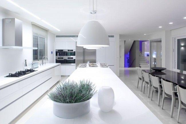 Maison avec une décoration intérieure blanche