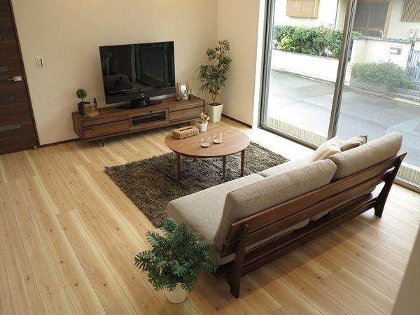 ナチュラル色の床にウォールナット材の家具でコーディネート 床の色