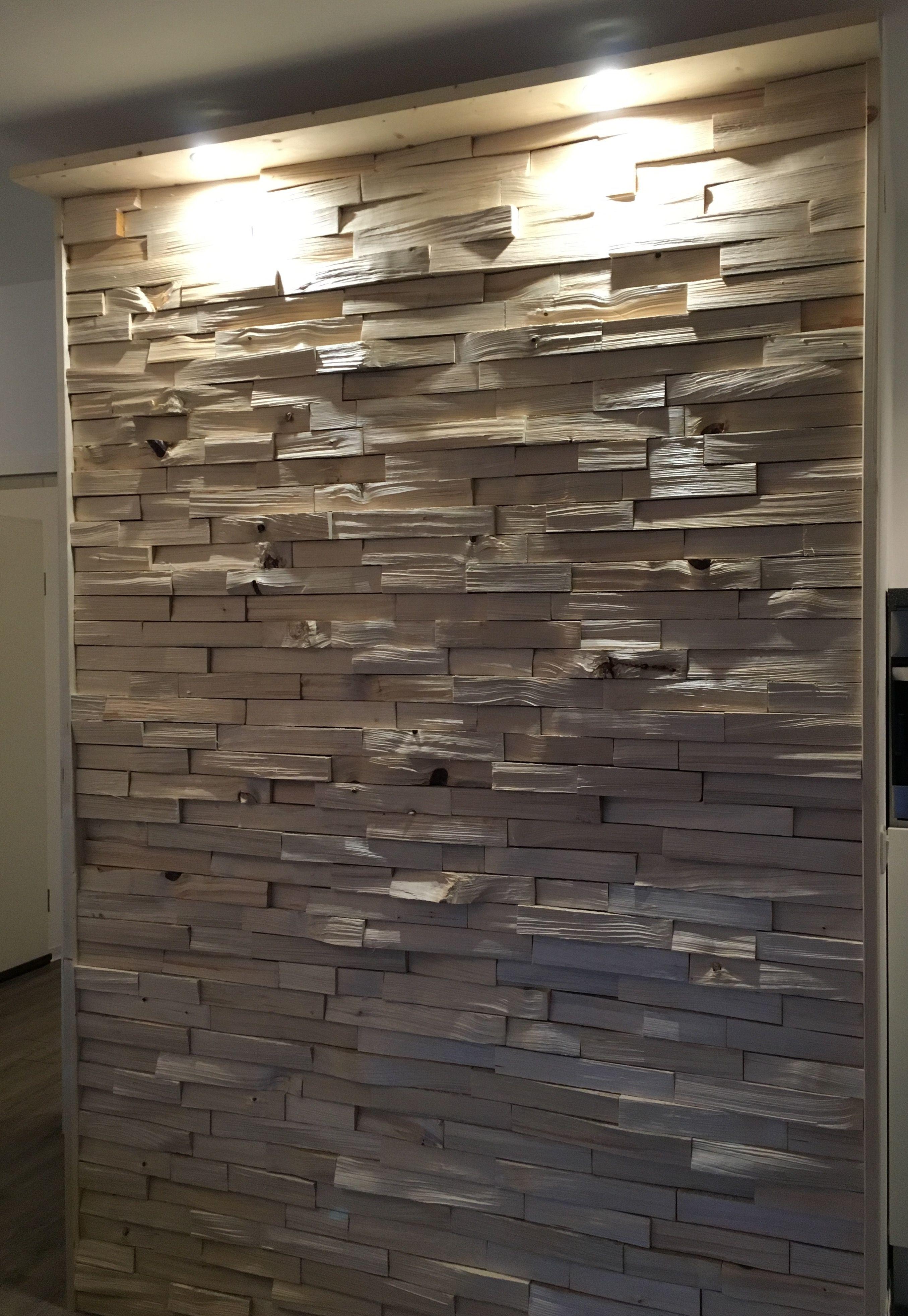 Holzwand Aus Gespaltenen Holzscheiten Mit Led Beleuchtung Holzwand Beleuchtungsideen Led Beleuchtung