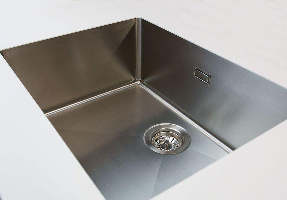 Edelstahlspüle in Mineralwerkstoff Arbeitsplatte | Küchen Design ...