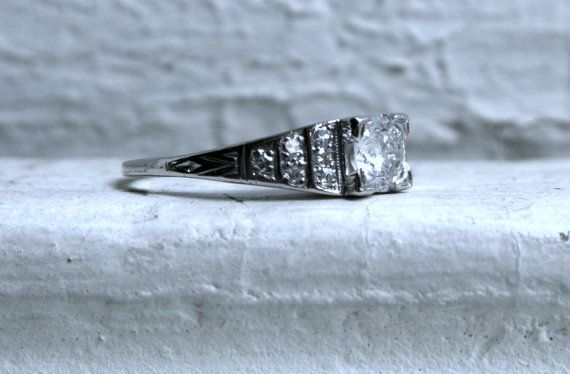 Beautiful Vintage Art Deco Platinum Diamond Ring.