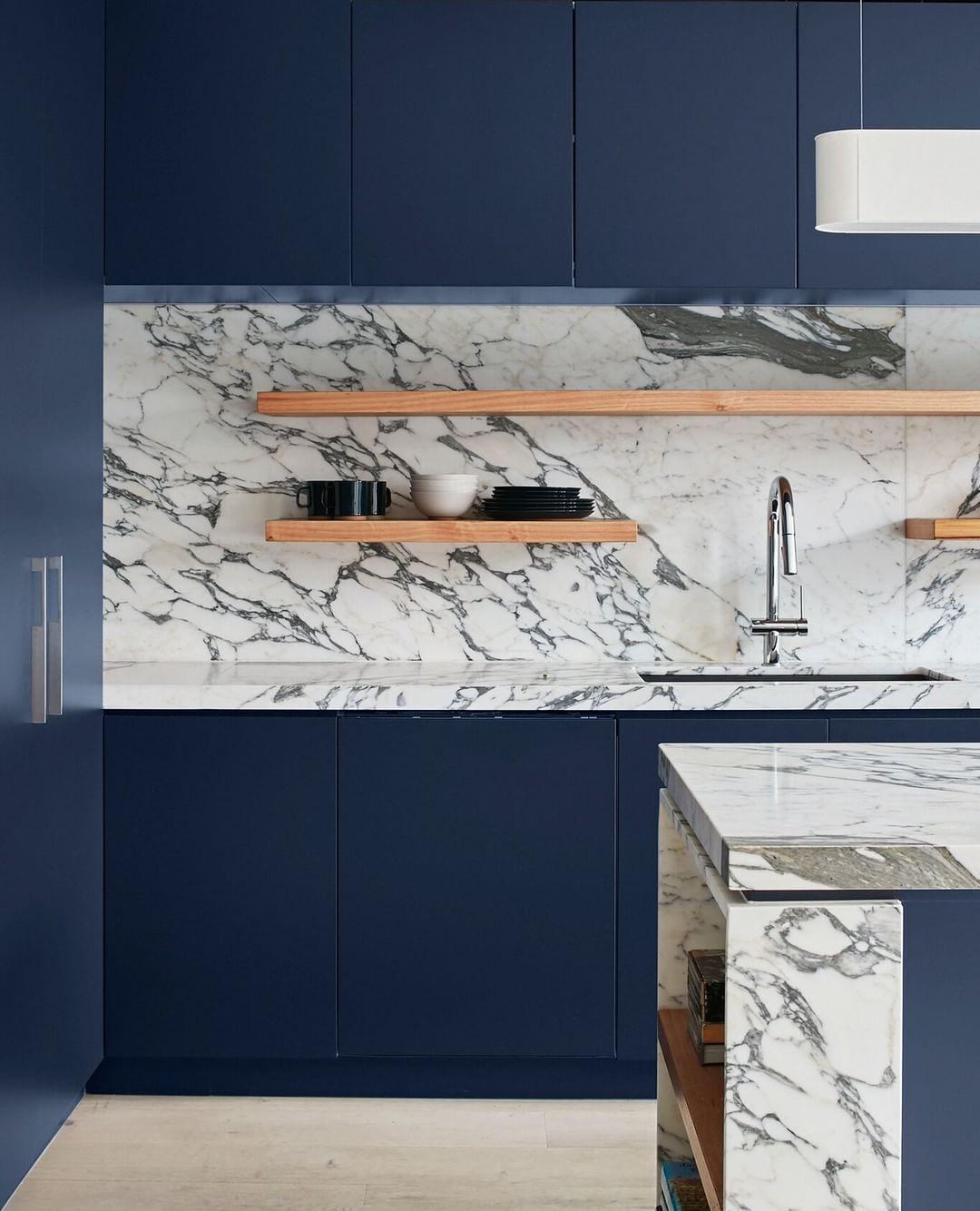 Blaue Fronten Mit Ruckwanden Und Arbeitsplatten Aus Hellem Marmor Dafur Mehr Regram Via Kuechenfinder Interior Design Interior Design
