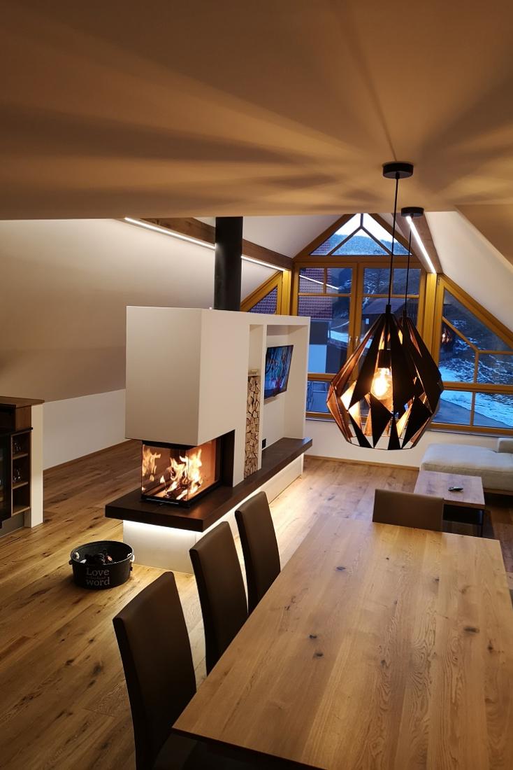 Panoramakamin Im Modernen Dachgeschoss Dachgeschoss Fliesenwohnzimmer Modernen Panoramakamin In 2020 Dachgeschoss Haus Interieu Design Kamin Modern