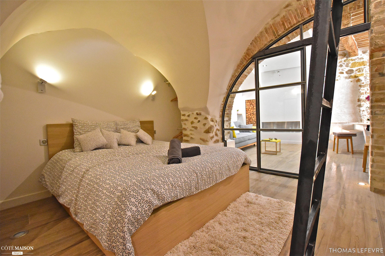 Cette chambre reposante ne manque pas de charme avec sa verri re et ses murs de pierres - Chambre reposante ...