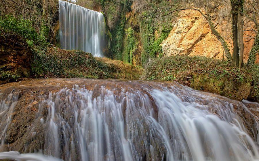Dos cascadas del monasterio de piedra