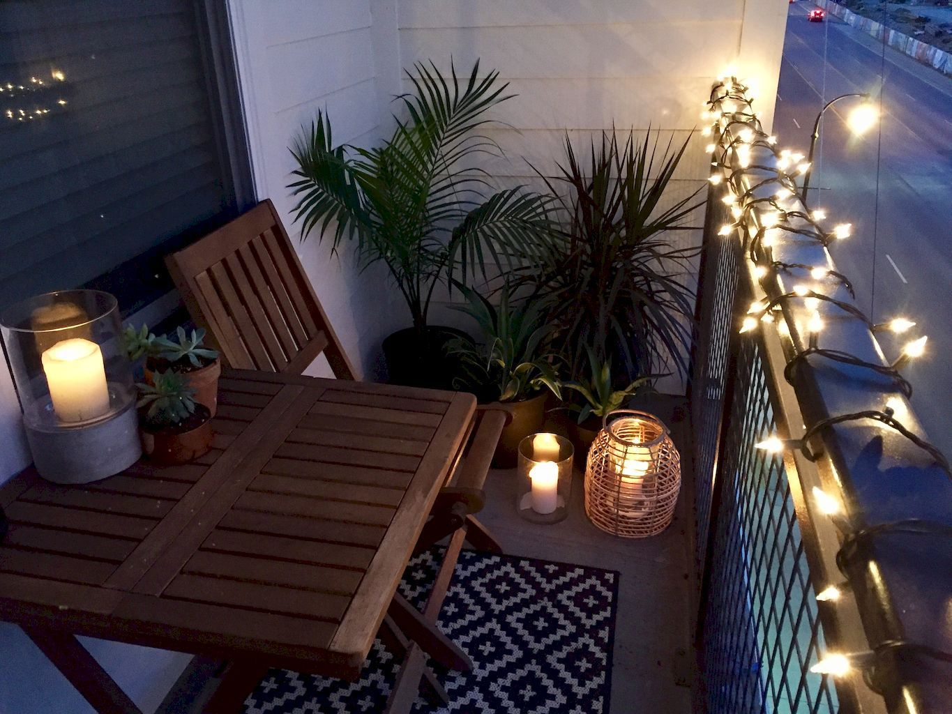 Beautiful and cozy apartment balcony decor ideas 77 for Tiny balcony ideas