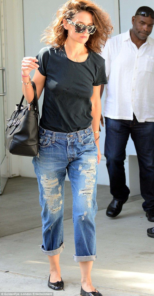 78483c0d5f7 Casual but cute  The 36-year-old actress teamed a casual black T-shirt with  cuffed boyfriend jeans as she left the class